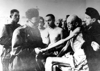 Medici sovietici visitano i sopravvissuti