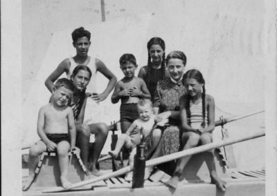 Claudio la mamma e i fratelli a Viserbella 1940