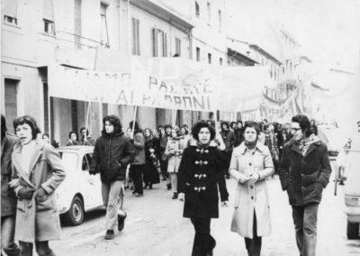 Franco Serantini in primo piano con il montgomery circa 1970 Archivio Biblioteca Franco Serantini