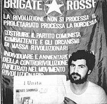 Roberto Peci fotografato dai suoi rapitori prima della condanna a morte